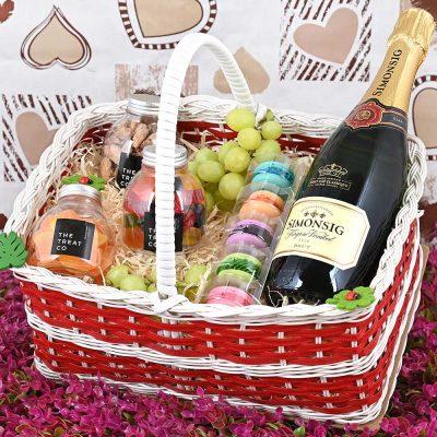 Simonsig Kaapse Vonkel Basket With Sweets | Hamper World
